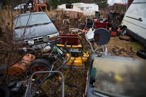 Bilar, gräsklippare, snöskotrar, tarktorer och mycket annat står och skräpar på en tomt i Gåstjärnsberget.