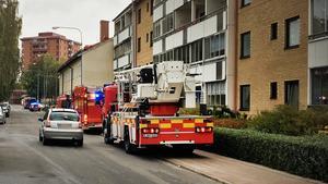 Både polis och räddningstjänst kallades till en lägenhet på Ängsgatan efter ett larm om explosion på fredagen.