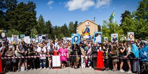 Stolta föräldrar, vänner och anhöriga samlades utanför Karlfeldtgymnasiet för att ta emot de glada studenterna, som klass för klass kom utspringandes genom Kopparporten.