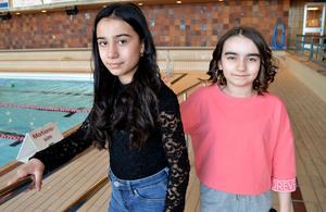 Femteklassarna Roza Barakatmorad och Nadja Abdullah  har gått från vattenrädsla till att nu kunna simma.