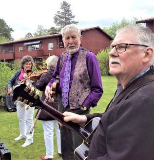 Musikanter från Tiljans Spelmän, från vänster Carin Nordenberg, Birger Karlsson och Stickan Ek. Foto: Åke Bengtzon