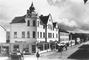 Riktiga centrumhörnet utgjordes av korsningen Engelbrektsgatan-Storgatan. Där i hörnet låg Hendebergs som bland annat sålde en del elektriska produkter och så var det skivbutiken i stan.
