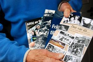"""Erling visar sina tre böcker. Basketböckerna """"Från ladan till ligan"""", """"Alltid en lirare"""" och boken som speglar hans ungdomsperiod, """"Det var då"""""""