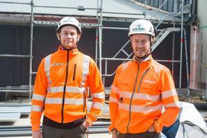 Alexander Hammar, arbetsledare Peab och Anders Granat, arbetschef Peab, utanför anläggningen.