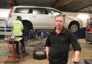 Lars-Göran Andersson inväntar den ökade konkurrensen med viss bävan. Samtidigt ser han en trygghet i att Bil & MC Service under årens lopp fått en stor och trogen kundkrets.