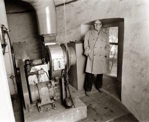 I samband med en tidningsartikel i Örebro-Kuriren 1987 återvände sista hyresgästen Sven Adolfsson till vattentornet för att titta. Då hade deras gamla kök byggts om och såg ut så här. Foto: Ingvor Söderström, ur Åke Mossbergs bildarkiv.