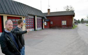 – Vi kommer att riva Röda huset så att sikten från oc h mot utfarten förbättras, säger Per Karlsson, arbetsledare vid Helob AB.