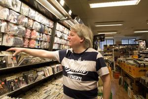 Kulturpristagaren Ingemar Magnusson sorterar bland de 15 000 cd-skivorna som trängs på hyllorna.