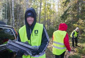 Max Lindén Larsson hjälpte till att samla ihop takpannor av tegel som låg dumpade inne i skogen.
