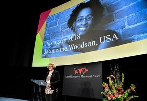 Foto: Anders Wiklund/TT2018 års Alma-pris tilldelas den amerikanska författaren Jacqueline Woodson (på bilden i bakgrunden).
