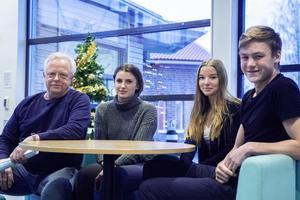 Läraren Janne Blomberg tycker liksom eleverna Nelly Arefjärd, Elin Wackfelt och Martin Schön att det är bra med mycket rörelse.