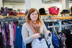 Ramona Grönberg arbetar i second hand-butiken på Strandgatan, och hoppas att fler ska tänka mer hållbart kring sin klädkonsumtion.