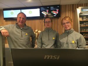 Anders Melin tillsammans med några anställda, Fanny Karlsson och Emelie Eliasson.
