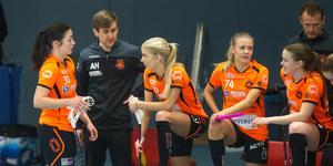 Andreas Harnesk första match som huvudtränare i Rönnby slutade med en 5–2-seger. Här syns han i samtal med Linnéa Nilsson och Jonna Sjöberg.