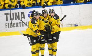 Lucas Venuto firar med Alexander Lindelöf och Jimmie Jansson efter ett av sina två mål.