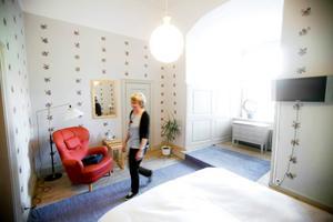 Handmålade tapeter. Här, i ett blått rum med handmålad tapet, ska Madeleine eller Carl Philip sova i augusti när de gästar Örebro, berättar husfrun Mirjam Andersson.