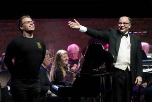 Efter rockversionen av teman ur Tjajkowskis Nötknäpparen njuter Daniel Ingmarsson-Wik, elev från kulturskolan, av ovationerna och hyllningar Thomas Gathe, dirigent i Sundsvalls Blåsorkester.