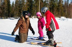 – Ju större glass-strut man har desto långsammare går det att åka, instruerar skidlärare Malin Duberg.Foto: Carin Selldén