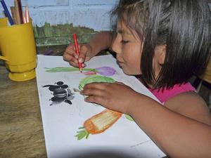 Barnen i byn Villa Infantil Nueva Esperanza får tack vare Frida Östmans projekt gå målarkurs.