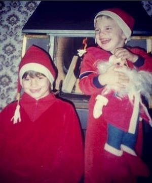 Säg den sexåring som inte gillar julen, Pär Regnell och systern Anna klädde ut sig till tomtar julen 1986.
