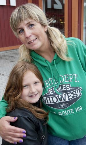 """KOLLO. Maja Halldén, åtta år, ska på kollo i juli och lämnar mamma Mia Halldén hemma i en vecka. """"Kollo var något som jag åkte på när jag var barn. Jag har bara roliga minnen. Jag hoppas att Maja kommer att få lika roligt"""", säger Mia."""