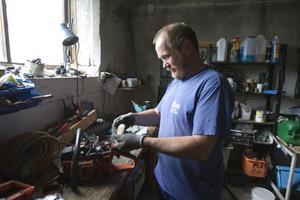 Lasse Frick lämnade ett välavlönat jobb som verkstadschef för Saltsjöbanan i Stockholm. Vid sidan om jobbet på gården har han uppdrag som naturbevakare åt länsstyrelsen i Gävleborgs län och sköter 20-talet reservat.