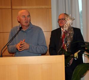 Kultur- utbildnings och fritidsnämndens ordförande Mikael Sjölund (S) uppvaktade poeten Milorad Pejic.