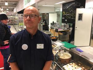 """""""Vi har satsat mer på färdig mat och bara den försäljningen har ökat med 20-30 procent"""", säger Leif Madsen, butikschef på Coop i Igor."""