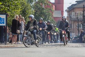I centrum stod folk längs gatorna och tittade när det 163 ekipage stora moppegänget drog förbi.