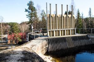 Från dammen nedströms Sindra leds vattnet ner till turbinerna i Forsa övre kraftstation.