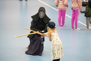 Örnsköldsviks Kampsportförening var på plats på Skyttis och demonstrerade kendo.