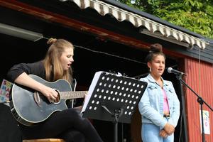 Talangen Lorin Kurt sjöng låten Shallow tillsammans med lägerledaren Olivia Ahlin som även spelade gitarr.