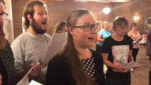 Enligt Cajsa Frängqvist har forskning bevisat hälsofördelar när man sjunger.