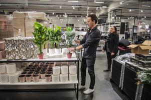 Johan Björkman, försäljningschef på Åhléns Outlet och Maria Berglund, varuhuschef i Sundsvall.