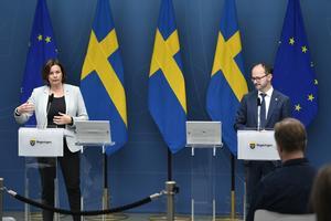 Infrastrukturminister Tomas Eneroth (S) presenterar ett regeringsstöd på tre miljarder kronor till kollektivtrafiken tillsammans med vice statsminister Isabella Lövin (MP).