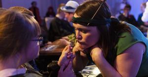 Skådespelaren Eva von Hofsten, som också är initiativtagare till projektet Scen:se, luktar på citrondoftande ört tillsammans med publik. Foto: Martin Skoog