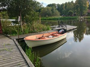 Några steg från tomten ligger Mälaren och egen båtplats. Bild: Simon Issa