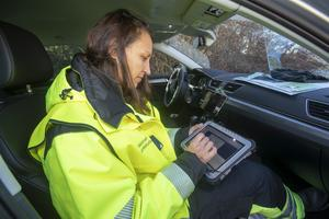 Radiofysikern Ylva Ranebo rapporterar de uppmätta värdena efter det fingerade utsläppet till den främre ledningsgruppen i Gimo. På Länsstyrelsen i Uppsala finns den bakre ledningsgruppen. De speciella datorer som gruppen använder kommer från Strålsäkerhetsmyndigheten.
