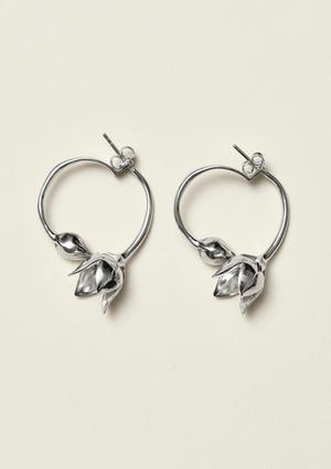 Karin Larssons kända tulpanformade lampskärmar har blivit örhängen i återvunnet silver hos H&M.