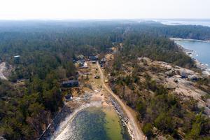 Arholma är både berömt för sin unika miljö och det topphemliga tunga artilleribatteriet som byggdes djupt i klipporna under det kalla kriget på 1960-talet för att skydda Sverige från en invasion. Foto: Richard Silver