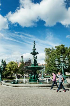 Vängåvan med fontänen som centralpunkt anlades i slutet av 1800-talet och var en av de första platserna med offentlig utsmyckning i Sverige. På sommaren är det en trevlig plats för en lugn stund med en glass i handen.Foto: Arkiv/Cecilia Träff