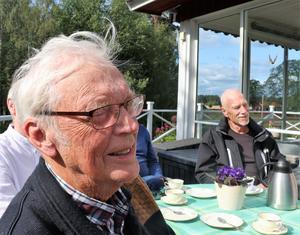 Per-Mårten Eriksson och Leif Larsson lyssnar på en av de många historierna som berättades runt fikaborden.
