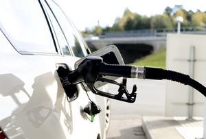 För dem av oss som är beroende av bilen för att klara av vardagen är det orimligt att höja bensinskatten mer. Istället bör vi finna andra sätt att ställa om, till exempel pröva om vägavgifter kan införas på sträckor där det redan idag finns goda alternativ till bilen, skriver debattförfattarna.