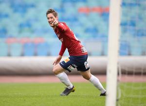 Victor Sköld jublar efter premiärmålet för Örgryte mot Norrby. Efter att Sköld blivit utbytt kvitterade Borås-laget och Sköld fick alltså inte debutera med en seger.