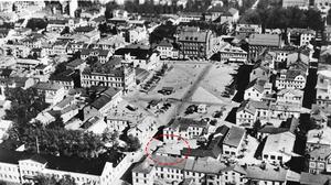 Vy över Stortorget, Östersund på 1940-talet. I den rödmarkerade cirkeln syns bensinstationen.