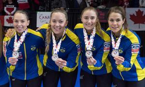 Sofia Mabergs, längst till vänster, firar OS-guldet i curling tillsammans med lagkamraterna i Team  Hasselborg.