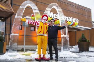Ingen invigning utan Ronald McDonald, som här poserar tillsammans med Irfan Ahmad, driftsansvarig chef på McDonald's.