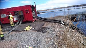 Pumparna som andvänds har en kapacitet på 10000 liter per sekund. Foto: Sven-Olov Hansson, Medelpads räddningstjänstförbund.