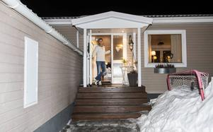 Här hemma hos familjen Johansson är byggprojektet precis klart. Oliver har fått en hockeypojkrum.                  Pappa Robert lever ut sina egna pojkdrömmar.                  – När jag var liten gick det inte, nu är allt möjligt, säger Robert Johansson.