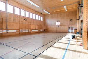 I den före detta skolan i Jättendal finns bland annat en gymnastiksal. Foto: Fastighetsbyrån Hudiksvall.